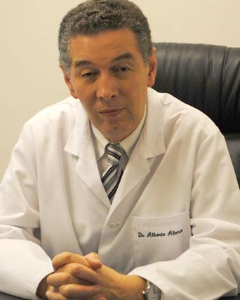 Doctor Alberto Alonso en la consulta